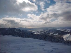 Vue du plus haut sommet de Rusutsu sur le Lac Toya et l'Océan Pacifique.